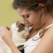 eigenaar knuffelt met kat